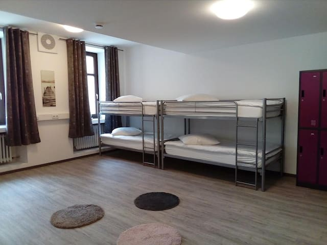 Hostel am Ostentor (Regensburg), Etagenbett im gemischten Mehrbettzimmer 10.1 (bis zu 10 Personen)