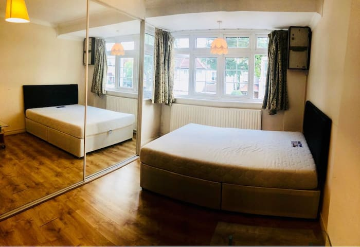 Private Room 25 min to London, 10 min to Wimbledon
