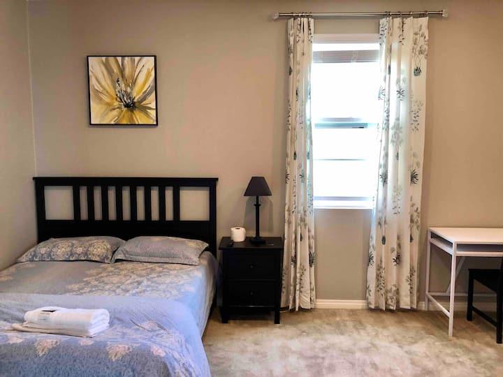 101 安大略安全社区全新别墅内的宽敞明亮大床房(带智能电视)