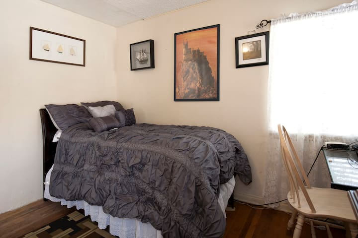 HUGE, BRIGHT ROOM WITH PRIVATE BATH - Hawthorne - House