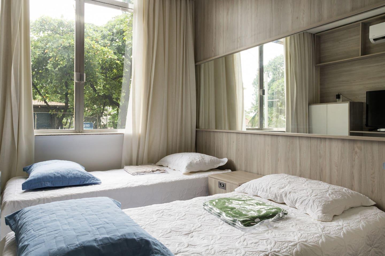 No quarto principal, dormem 2 pessoas, solteiro ou casal (camas podem ser combinadas). *** In the master bedroom, sleep 2 people, single or double (beds can be combined).
