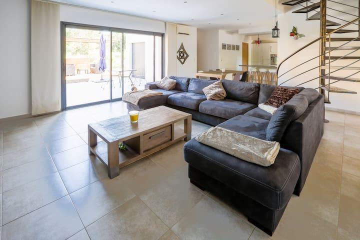 Grande villa moderne avec jacuzzi
