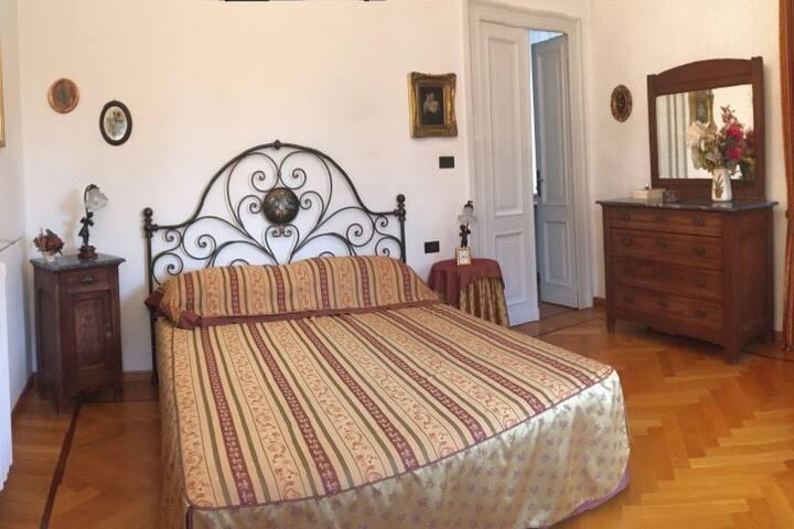 Due graziose camere e bagno in villa con colazione