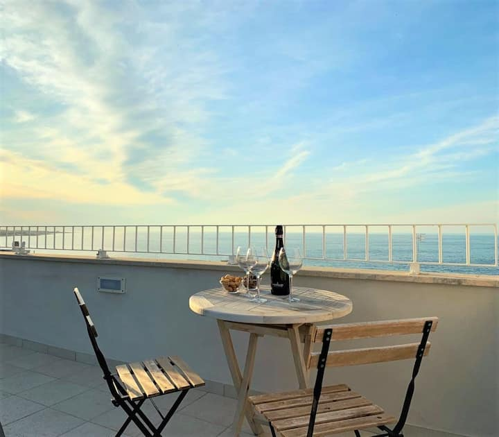 SEA VIEW APARTMENT SLEEPS 5 IN FAMOUS SAVELLETRI