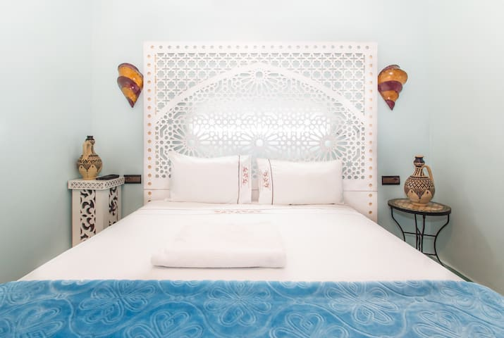 Cozy double room, bath with hot shower, breakfast - Fès - Bed & Breakfast