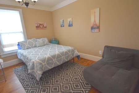 Classic Cozy Comfortable a stones throw to Uptown!