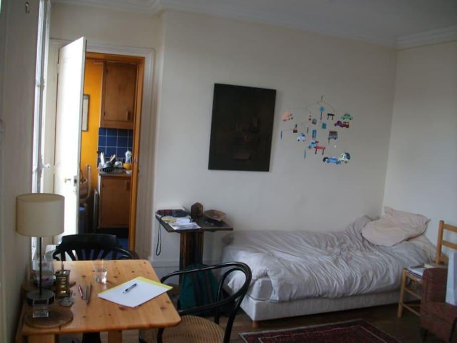 lit simple (dans la pièce principale)/bed (in the main room)