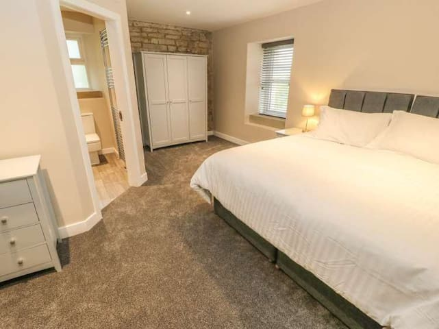 First floor bedroom, including the en-suite   All Superking size beds can be split into singles