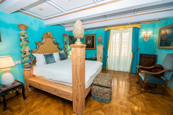 16th Century Noble Palace - Pineapple Room