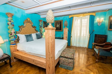 Pineapple Room Bed with its Gilded 18th Century Columns and Bedhead.