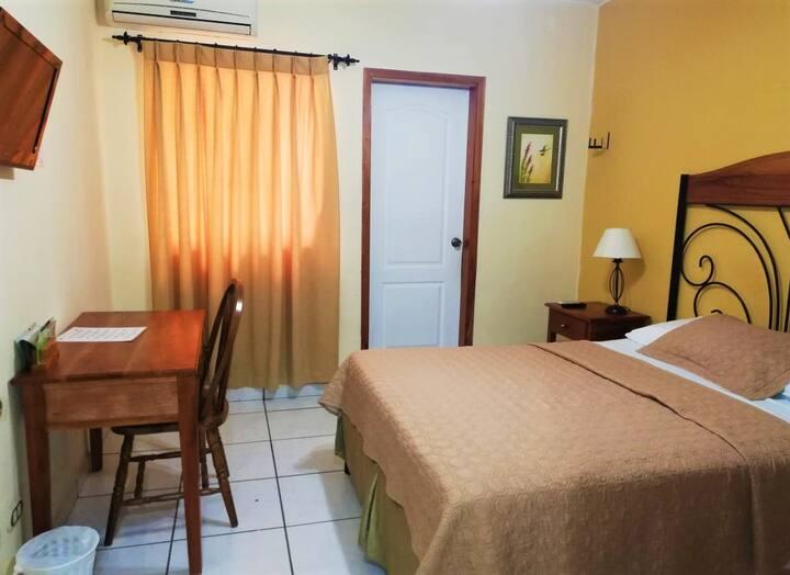 Habitación de Hotel c/ Cama Queen y Piscina
