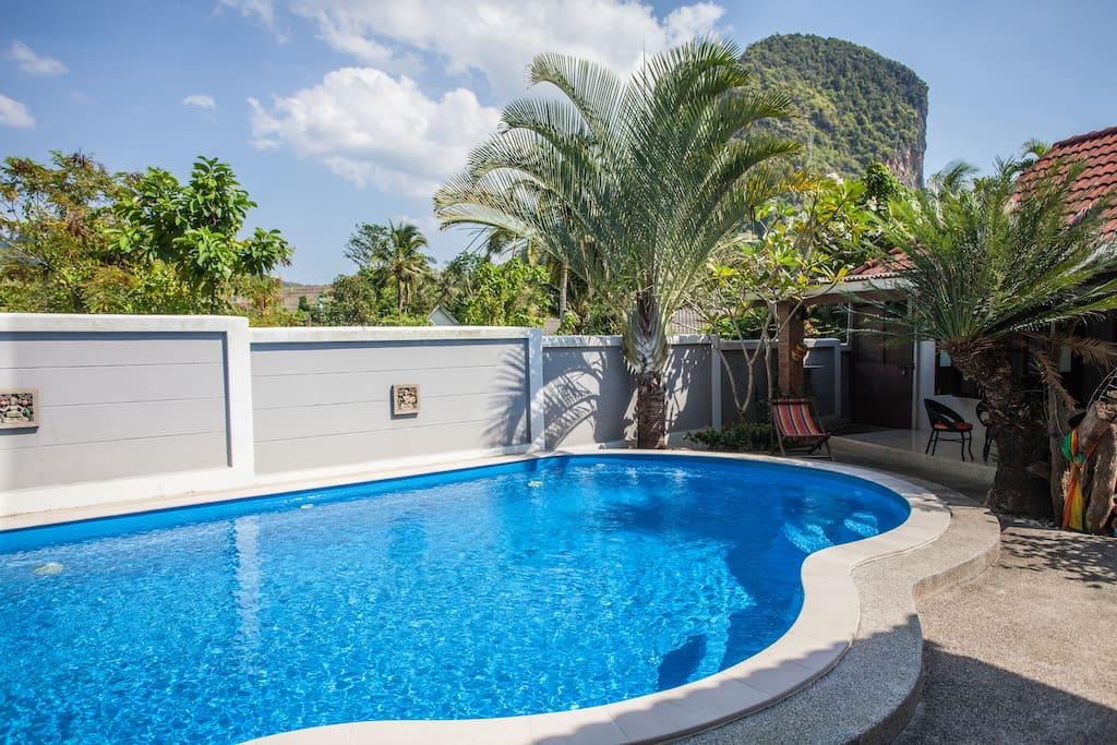 Villa piscine dans jardin tropical villas louer ao for Piscine a debordement thailande