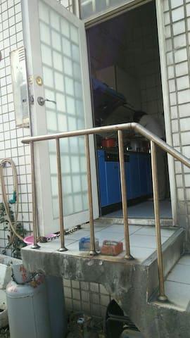 民宿住家後門