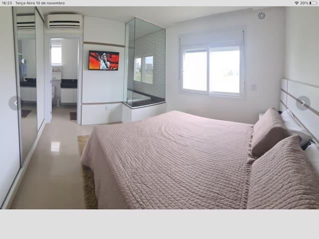 Suite com banheira  , ar condicionado quente e frio   , Smart tv,  colchão eko7 com massageador,   guarda-roupa ,  um belo banho com uma Super Ducha Aquecimento  do Junker