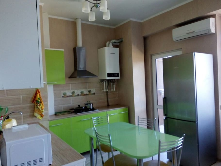 кухня, за холодильником выход на балкон