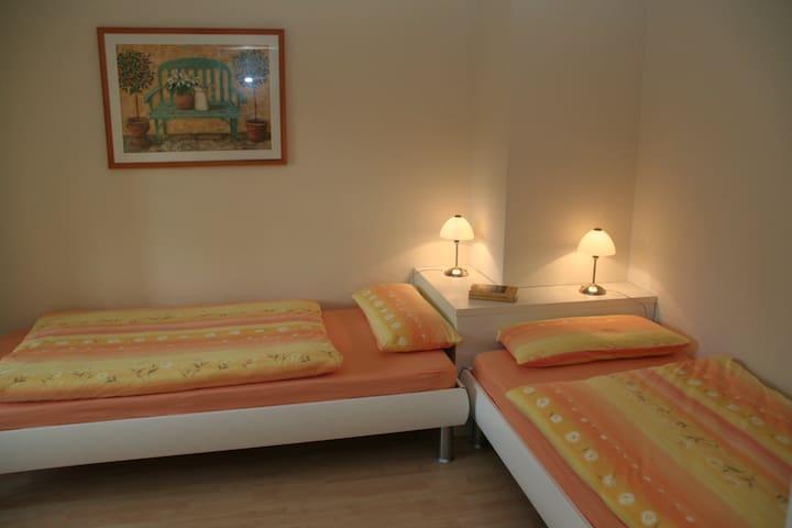 Ein Schlafzimmer hat zwei Einzelbetten.