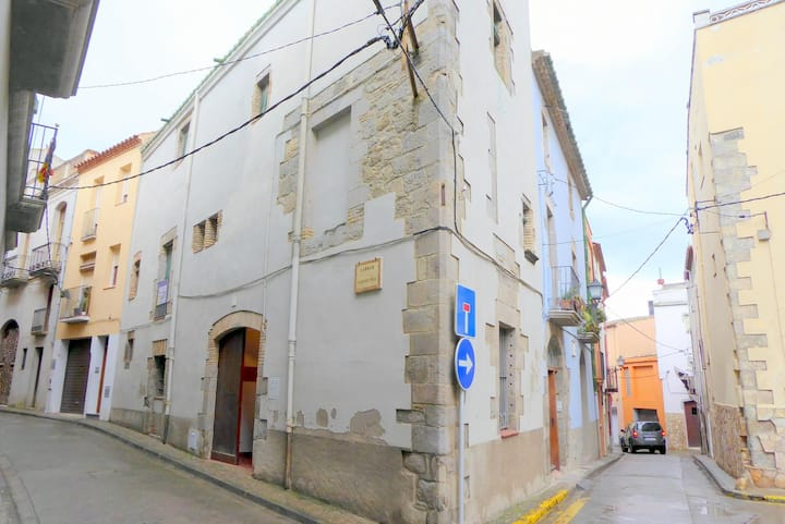 Old stone house from the XVIIth century, restored, very charming, in Castelló d'Empúries.