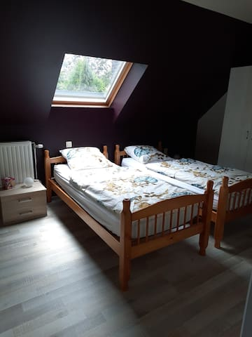 Slaapkamer met 2 enkel bedden