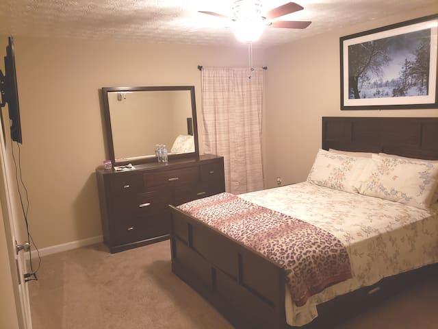 W) Private comfortable room/bathroom available no