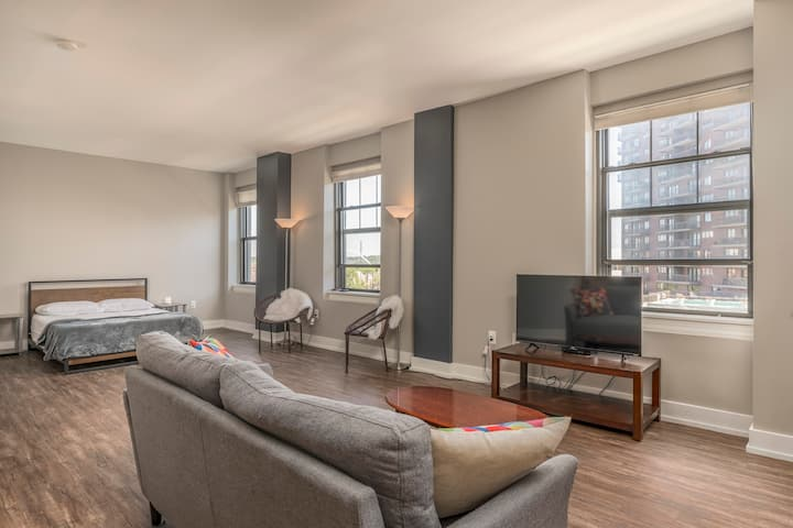 Court Ave/Hy-Vee Hall Condo w/parking!