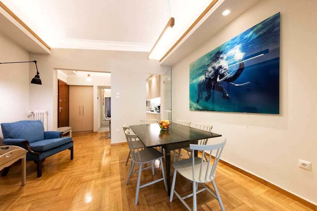 Spacious dining area between kitchen and livingroom