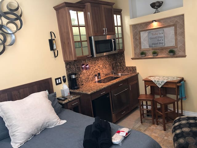 Cozy Studio-Washr/Dryr; Kitchen, WiFi, Iron MORE!