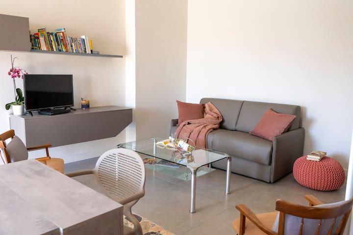 angolo relax con divano letto tv e libreria