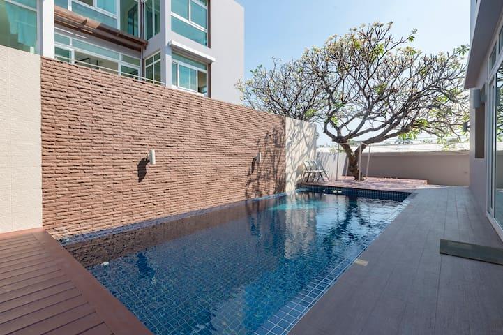Luxury Pool Villa Suite 1 min walking to The Sea