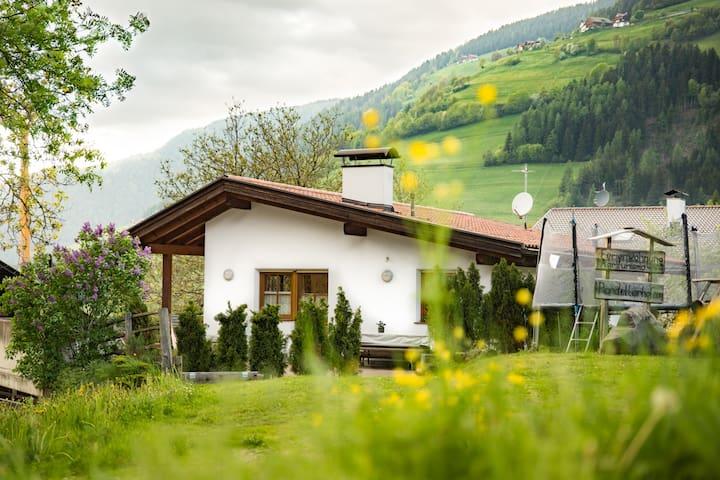 Dolomiten,  ganzes Haus, viel Natur
