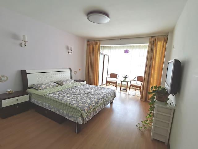 主卧有独立卫生间、1.8米大床、两个大衣柜,休闲阳台,空调