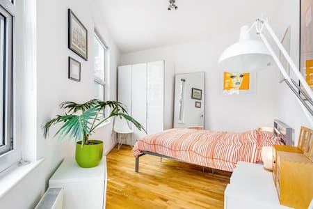 Islington: Bright bedroom in large Victorian house - London - Rumah