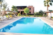 Swimming-pool/ Sitting area/ Relaxation/ Restaurant/ Dinning area