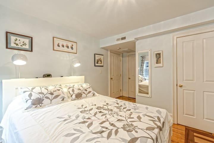 Quiet Room in Historic South End Brownstone