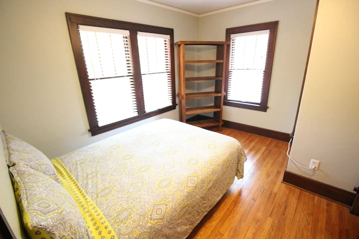 Nice Cozy Room 3 Blocks to Campus & Stores