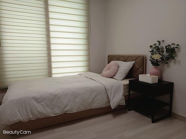 창문을 열면 바다가 보이고 밤에는 포근하고 편하게 잠을 잘수있는 SS침실입니다.
