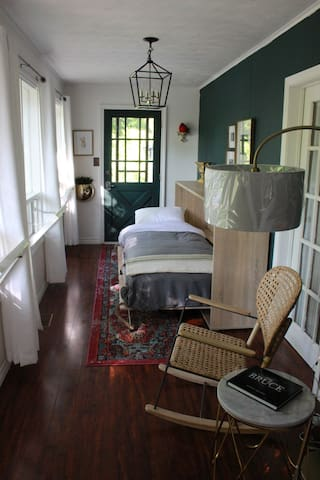 The 'Peninsula Room' features a fun pullout extra-lng twin Murphy Bed, rocker with reading lamp, bookshelf with Bose stereo system, and access to the west side deck on south side deck. Pull out twin XL murphy bed. It is very comfortable >>>