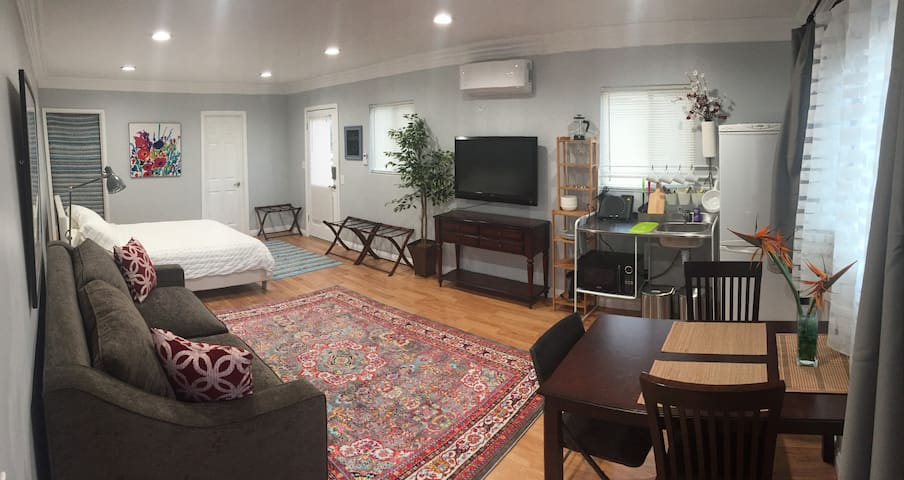 Renovated attached studio, 3 blocks from the beach