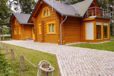 Romantisches Holzhaus mit Kamin und Sauna - Neu - Fuhlendorf
