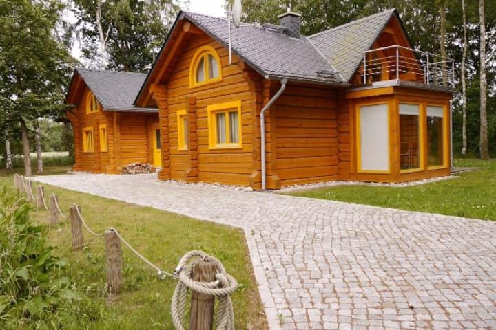 Romantisches Holzhaus mit Kamin und Saunahaus