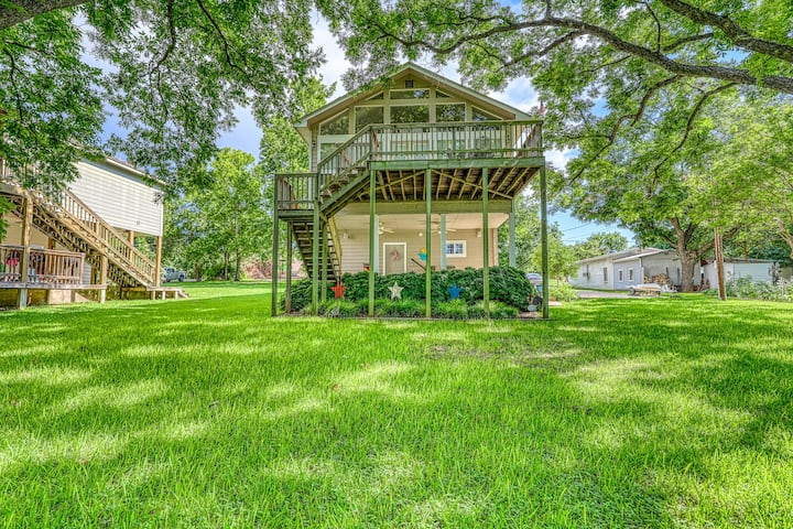 Lakefront home w/ private dock & great outdoor area - 2 dogs are OK!