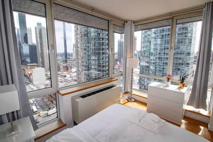 2 Bed Skyscraper Views of Midtown Manhattan