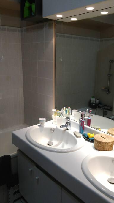 salle de bain (2 vasques, baignoire)