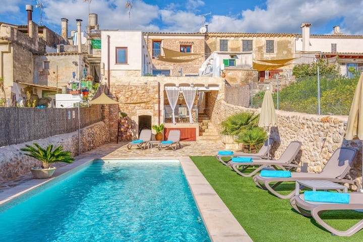 Holiday Home Casa del Sol with Sea View, Wi-Fi, Pool, Balcony & Terrace; Street Parking Available