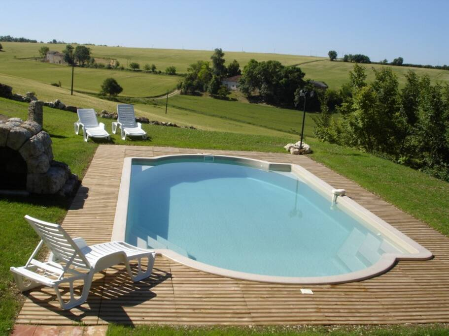 La piscine au milieu de la verdure