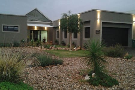 Golf and nature estate.Private rooms shared living - Windhoek - House
