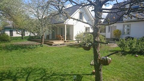 Pequena casa encantadora no meio do jardim