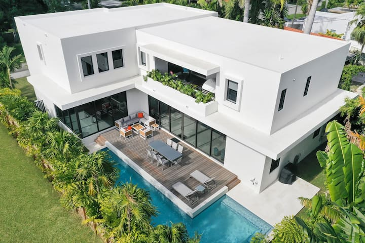 New Modern Villa w/ Pool. Pool table. Gated area