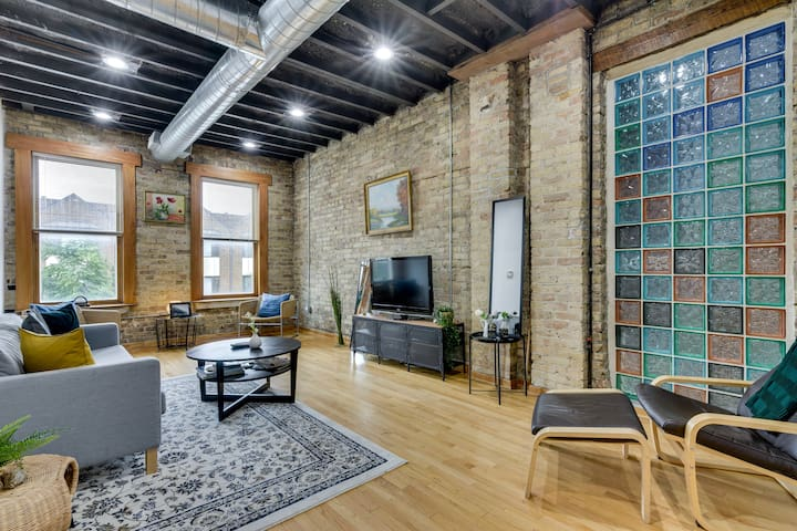 Industrial Loft-style 3 Bedroom in Lincoln Park