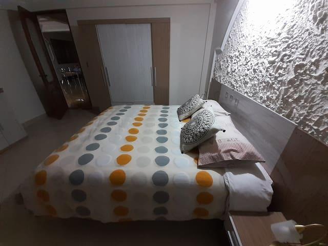 Uno de los tres dormitorios de este bonito departamento.