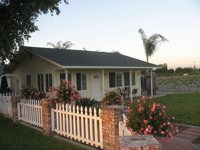 Beautiful, private bungalow. - Kingsburg - Casa